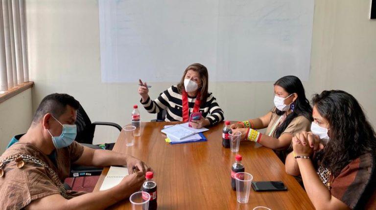 La delegación indígena también expuso su crisis de seguridad ante la coordinadora nacional de las Fiscalías Especializadas en Materia Ambiental, Flor de María Vega. Foto: Amazon Watch.